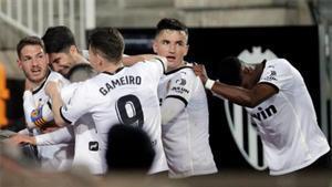 Los jugadores del Valencia celebrando el tanto de Manu Vallejo