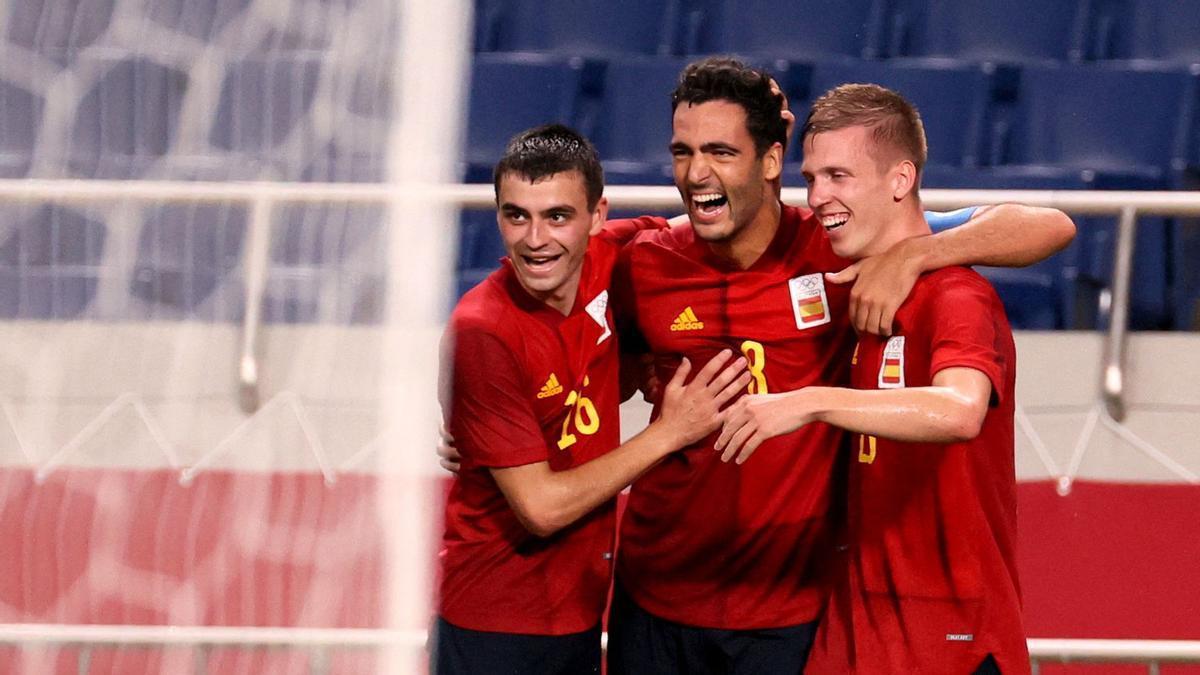 Pedri, Merino y Olmo celebrando el gol de España ante Argentina