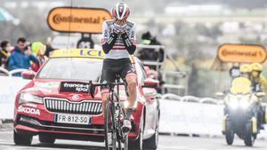Konrad, celebra su triunfo de etapa