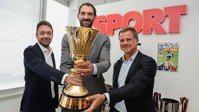 Jorge Garbajosa visitó la redacción de SPORT con la Copa del Mundo