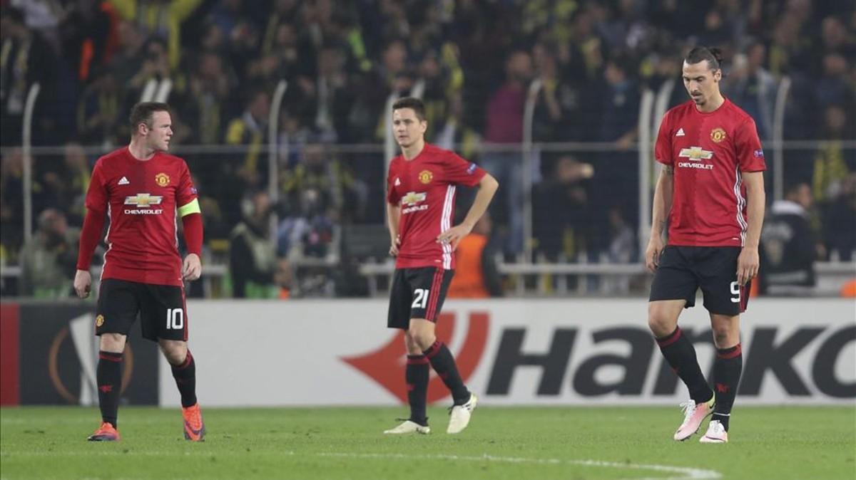 Ander Herrera flanqueado por Wayne Rooney y Zlatan Ibrahimovic