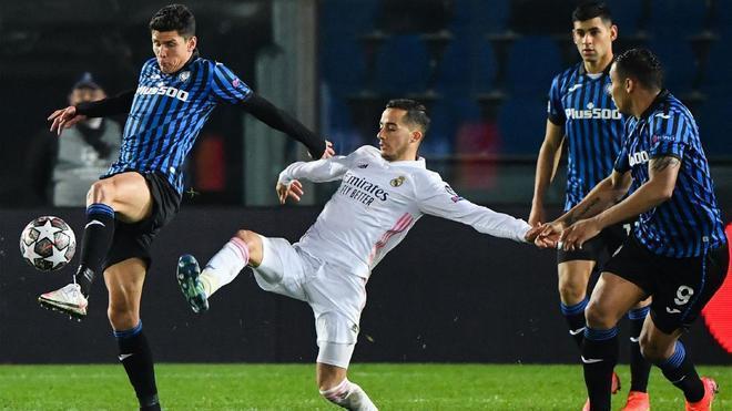 Matteo Pessina disputa un balón con Lucas Vázquez durante el Atalanta - Real Madrid