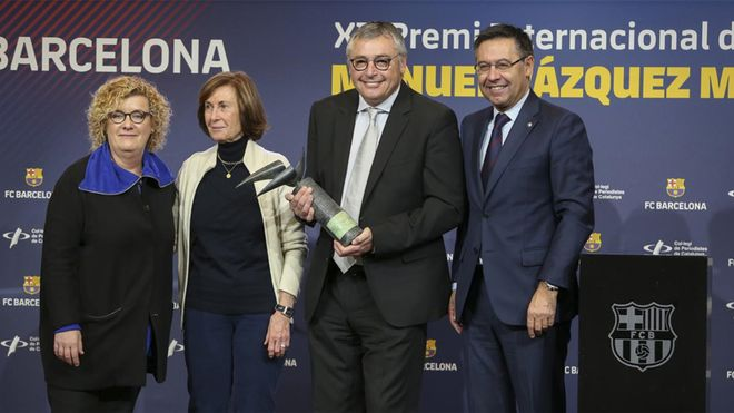 Michael Robinson recibió el premio de manos de Neus Bonet, Anna Sallés y Josep Maria Bartomeu