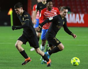 Pedri y Antoine Griezmann durante el partido entre el Granada y el FC Barcelona correspondiente a LaLiga disputado en el Nuevo Los Cármenes