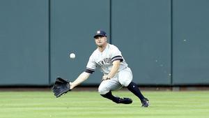 Brett Gardner # 11 de los Yankees de Nueva York hace un intento de captura de la bola lanzada por Alex Bregman # 2 de los Houston Astros en la primera entrada, pero no pudo atrapar a Minute Maid.