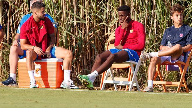 Ilaix Moriba está sentado junto a los suplentes del Barça B, pero sin tener minutos