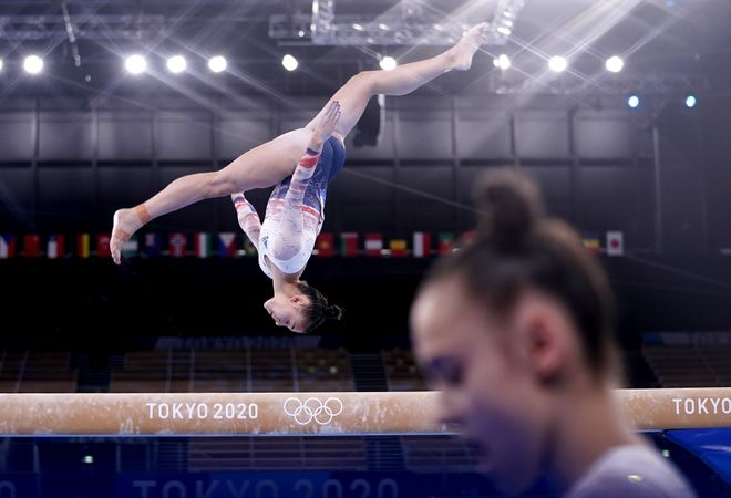 Una gimnasta ejecuta un salto durante los juegos de Tokio 2020