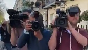 ¡Espectacular! Así fue el recibimiento en la puerta de casa de los medios a Mourinho tras su destitución