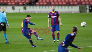 Leo Messi marca  de falta el primer gol del partido de LaLiga entre el FC Barcelona y el Athletic de Bilbao disputado en el Camp Nou