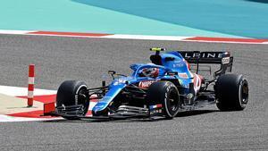 Esteban Ocon rueda con el A521 en la primera jornada de test de pretemporada de la F1