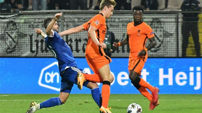 Miralem Pjanic persigue a Frenkie de Jong en el Bosnia-Países Bajos de la UEFA Nations League