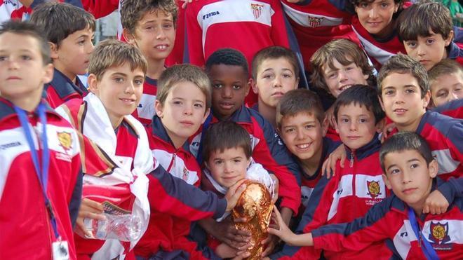 Ansu, en el centro de la imagen, tras ganar el Mundialito de Portugal con el alevín del Sevilla
