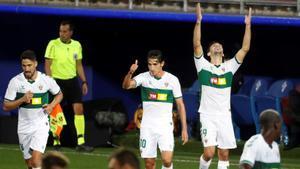 El delantero argentino del Elche Lucas Boyé celebra su gol ante el Eibar