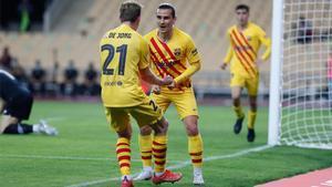 Antoine Griezmann celebra con Frenkie de Jong el primer gol de la final