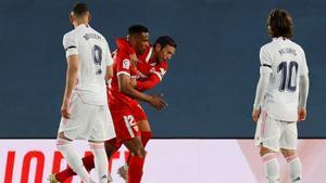 Papu Gómez abraza a Fernando, autor del 0-1, ante la mirada de Benzema y Modric