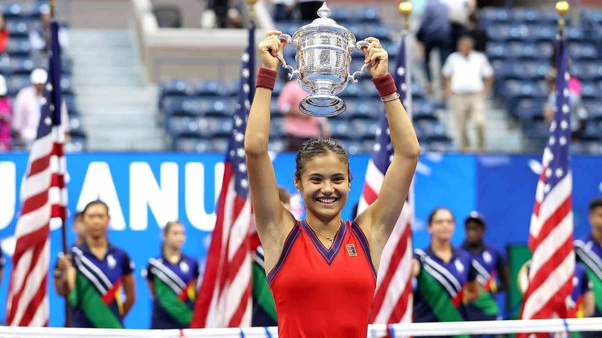 Raducanu posando con el trofeo de campeona del US Open