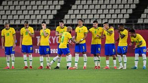 Dani Alves celebrando con sus compañeros su gol de penalti en la tanda