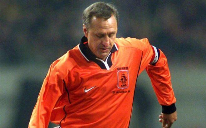 Johan Cruyff en un amistoso celebrado el 12 de diciembre de 1999 entre veteranos de la selección hoalndesa y exjugadores extranjeros que jugaron en la Liga neerlandesa