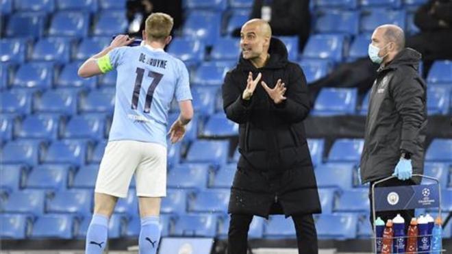 Guardiola dando indicaciones a De Bruyne
