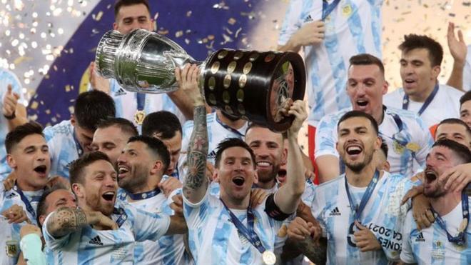 Messi levanta la copa de campeón de América