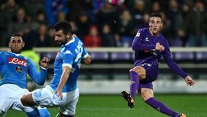 Cristian Tello dispara a puerta en un partido de la Serie A entre el Nápoles y la Fiorentina