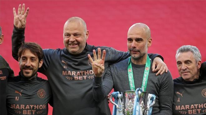 Guardiola y su equipo, celebrando la Copa de la Liga