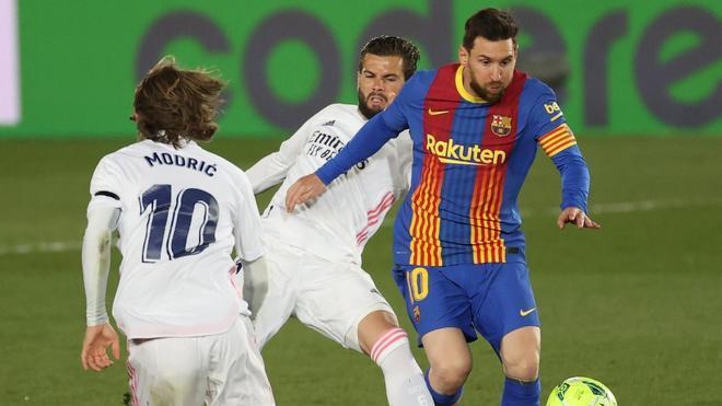 Messi lucha un balón con Nacho en el clásico