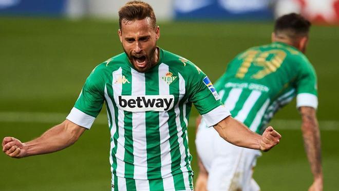 Sergio Canales sortea con buen fútbol las dificultades de su carrera deportiva