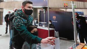 Leo Messi fue a votar al Camp Nou acompañado de su hijo mayor