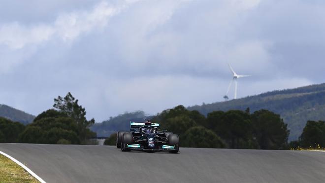 Lewis Hamilton, al volante en Portimao