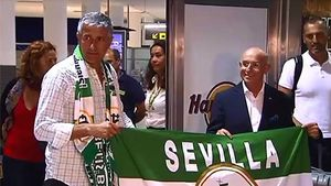 Quique Setién, recibido con honores a su llegada a Sevilla