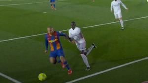 La acción polémica del Clásico: ¿es penalti a Braithwaite?