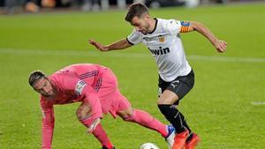 Gayà en una acción de partido en la victoria del Valencia frente el Real Madrid por 4-1