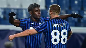 Zapata y Pašalić celebran un gol en la fase de grupos de Champions.