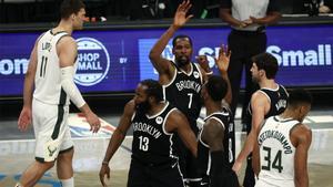 Harden y Durant, en el duelo ante los Bucks de Antetokounmpo