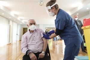 Los mayores de 70 años se vacunarán a partir de marzo solo si hay dosis suficientes