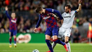 Piqué lucha por un balón con Morales, en el Barça - Levante de LaLiga
