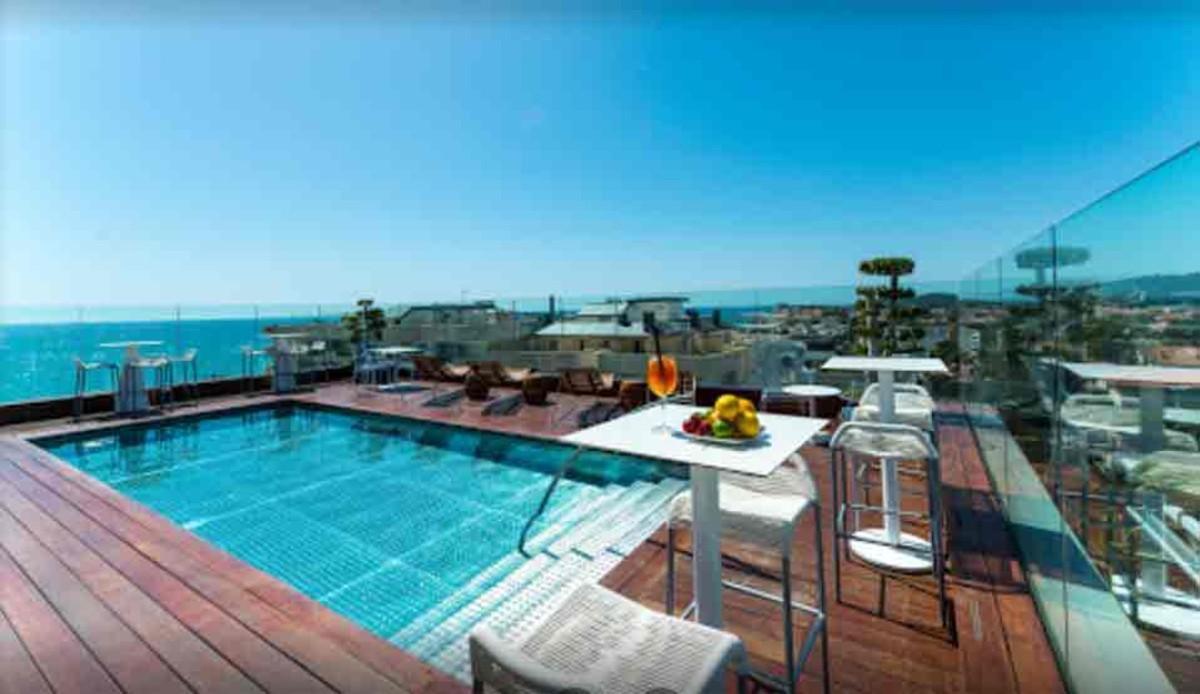La espectacular piscina exterior del hotel