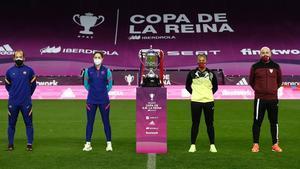 Los entrenadores y las capitanas, antes de la final de Copa