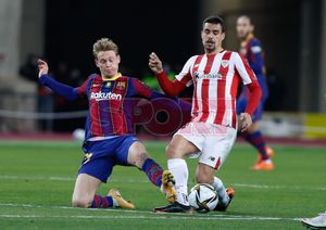 Frenkie de Jong en acción durante la final de la Supercopa de España disputada entre FC Barcelona y Athletic de Bilbao en el estadio de la Cartuja de Sevilla.