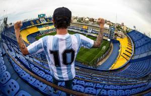 Un fanático de la leyenda del fútbol argentino Diego Maradona posa antes del partido de fútbol Copa Diego Maradona 2020 entre Boca Juniors y Newells Old Boys en el estadio La Bombonera de Buenos Aires.