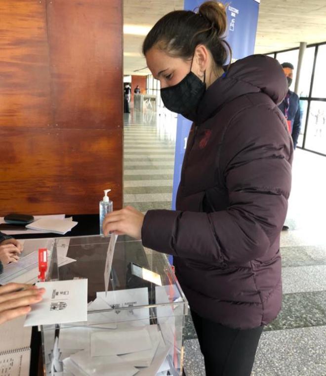 Laia Codina también acudió a las urnas