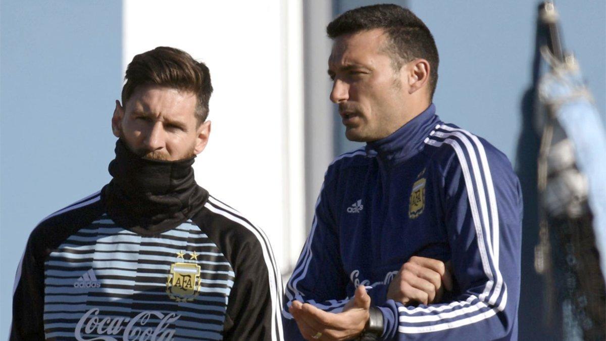 Leo Messi y Lionel Scaloni durante un entrenamiento de la selección de Argentina