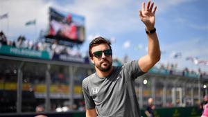 Fernando Alonso, saludando a los aficionados