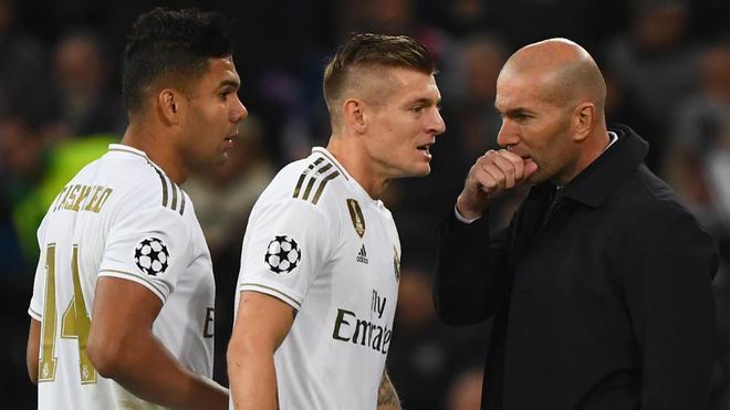 Zidane da instrucciones a Kroos
