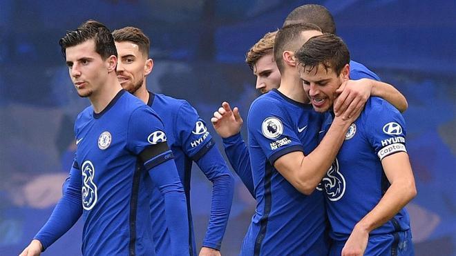 Los jugadores del Chelsea celebran el gol de Azpilicueta.