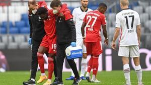 Alphonso Davies se retiró del terreno de juego lesionado en el minuto 3 del encuentro ante el Eitracht Frankfurt