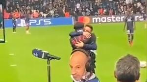 ¡Quién les iba a decir que se encontrarían así! El sincero abrazo de Leo Messi y Ronaldinho en el Parque de los Príncipes