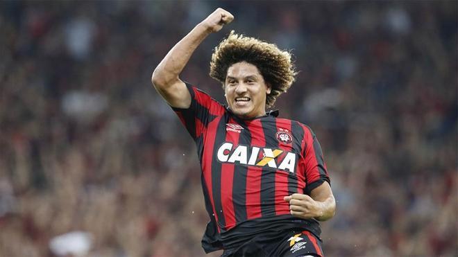 Felipe Gedoz celebra uno de los goles del Paranaense