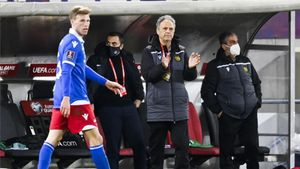 Joaquín Caparrós, animando a los suyos ante Islandia.